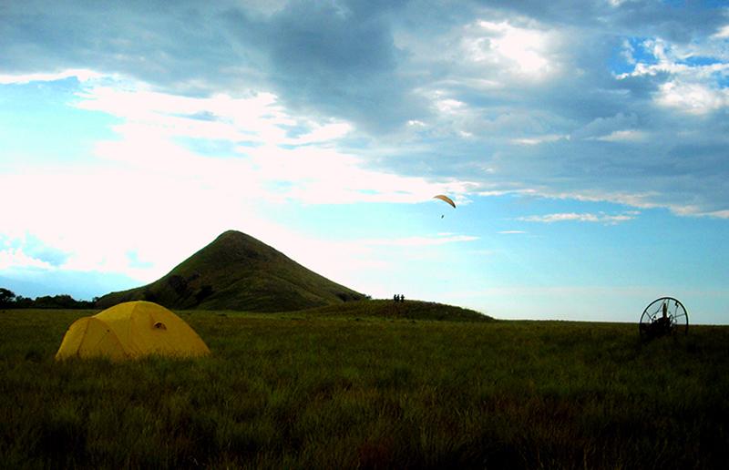 Paralayang di Pulau Kenawa Sumbawa Barat