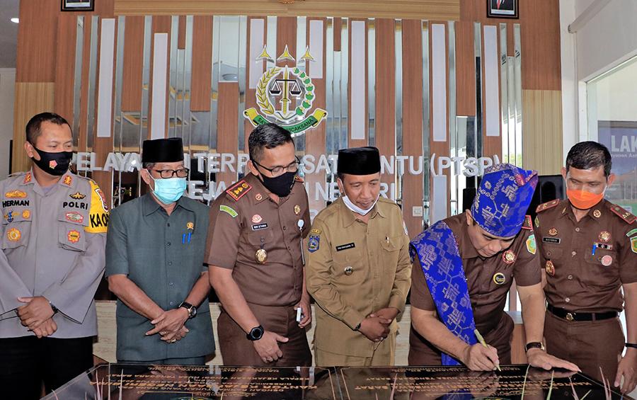 Kajati NTB Resmikan Gedung Kantor Kejaksaan Negeri Sumbawa Barat dan Bima
