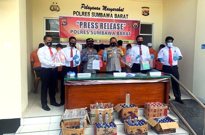 Jelang Bulan Ramadhan, Polisi Gulung Judi Togel dan Miras di Sumbawa Barat