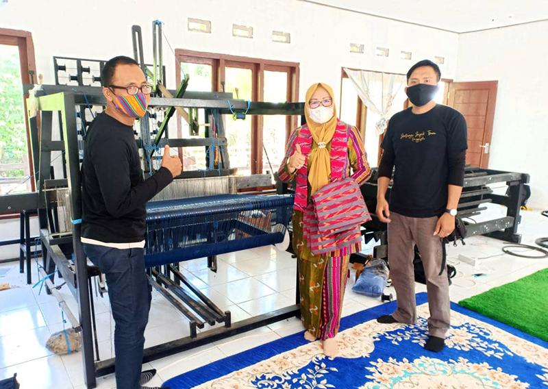 Hj Hanipah Hidupkan Kembali Kerajinan Tenun di Sumbawa Barat - Kerajinan Tenun di Sumbawa Barat - Ketua Dekranasda KSB