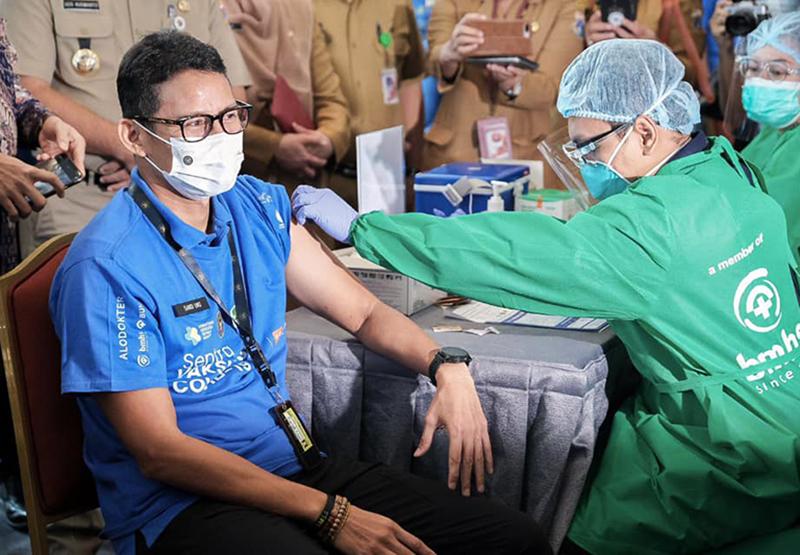 Sandiaga Uno Disuntik Vaksin, Setelah 6 Bulan Sembuh Covid-19