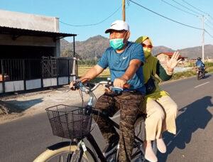 Bonceng Istri Naik Sepeda, Bupati Giatkan Kembali Car Free Day di Sumbawa Barat - Bupati Sumbawa Barat Bonceng Istri Naik Sepeda