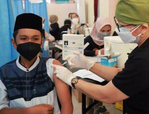 Kota Mataram Nomor 1 di NTB Urusan Vaksinasi Covid-19 - Vaksinasi Santri di Kota Mataram
