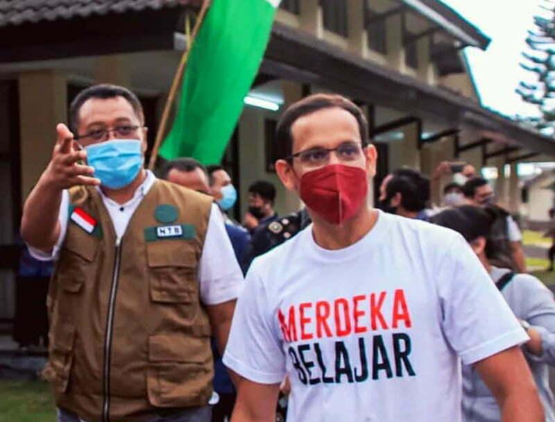 Berseragam Kaos Merdeka Belajar, Nadiem Makarim Blusukan Keliling Sekolah di NTB - Nadiem Blusukan di NTB