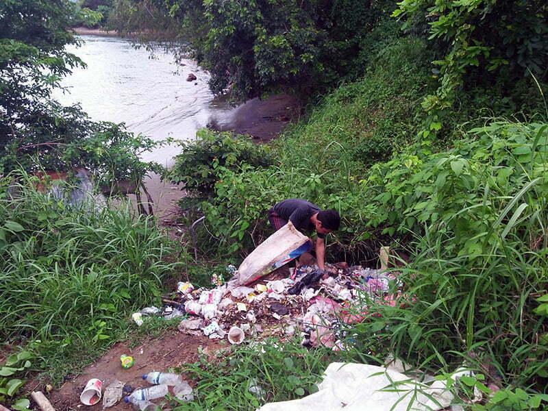 Sampah Masih Jadi Persoalan Pelik di Sumbawa Barat - Sampah di Pinggir Kali Kota Taliwang